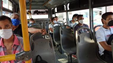 Pasajeros se movilizan en un bus.