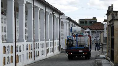 En varias partes del país, cementerios han estado cerrados mientras hacen jornadas de desinfección.
