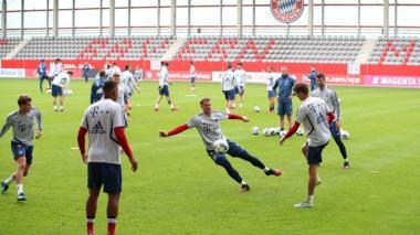El cancerbero Manuel Neuer entrenando junto a otros compañeros.