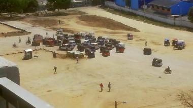 Un grupo de motocarros se concentró en la cancha del barrio La Central en medio de la protesta.
