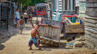 Un niño posa para el lente en una de las calles del barrio La Bendición de Dios.