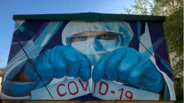 Artistas rusos homenajean a médicos con grafiti cerca de un hospital de Moscú
