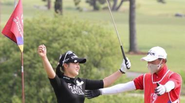 La surcoreana Park Hyun-kyung abrazándose con su caddie tras conseguir el triunfo.