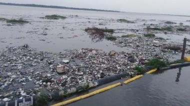 Basuras se alojaron en la zona de captación de agua.