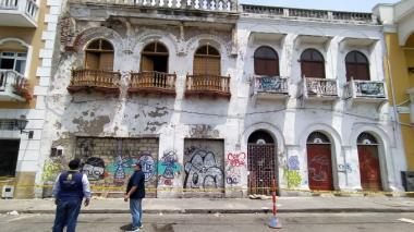Acordonan edificio en Getsemaní por caída de parte de un balcón