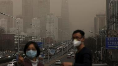 Dos personas se protegen con máscaras de la contaminación en Pekín / EFE.