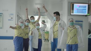 Algunos de los médicos que recibieron las camisetas y zapatos de la marca deportiva que viste la Selección.