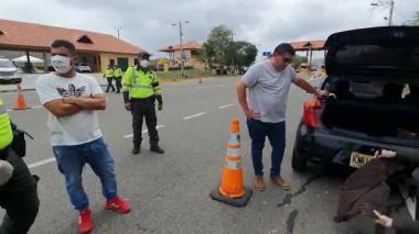 En video | Policía captura a dos sujetos que transportaban droga en la Vía al Mar