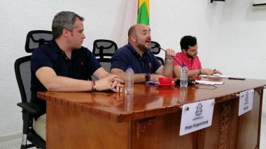 Álvarez en compañía de dos concejales.