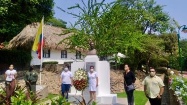 Ofrenda floral al pie del busto del poeta en el municipio de Usiacurí. Al fondo, la Casa Museo Julio Flórez.
