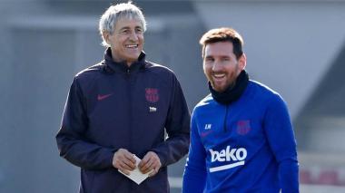 El técnico del Barcelona Quique Setién junto a su capitán, el argentino Lionel Messi.