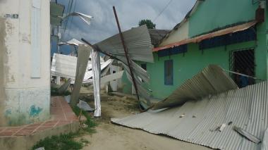 Fuertes vientos azotan techos de las casas en el municipio.