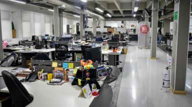 La sala de redacción de EL HERALDO carece por estos días de al menos el 90% de sus ocupantes habituales