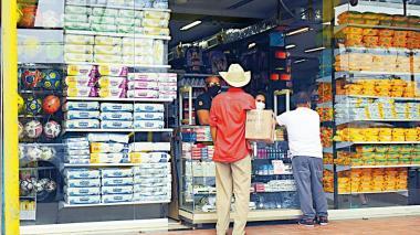 Compradores en una tienda de víveres y productos de aseo en Barranquilla.