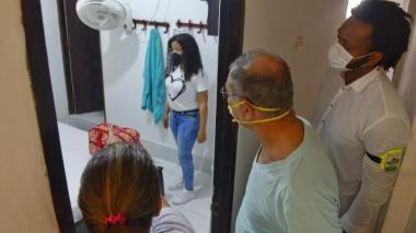 El alcalde William Dau y miembros de su gabinete visitan el hogar de paso para víctimas de violencia.