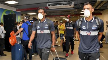Los jugadores usando mascarillas en uno de sus viajes.