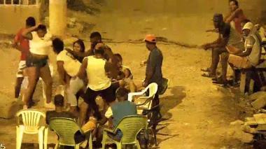 Festejo callejero en el barrio Olaya Herrera en pleno toque de queda.