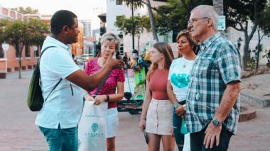 Un guía con varios turistas en Santa Marta.