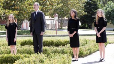El rey Felipe y la reina Letizia, acompañados de sus hijas, la princesa de Asturias Leonor y la infanta  Sofía, durante el minuto de silencio celebrado este miércoles  en memoria de los fallecidos por la pandemia.