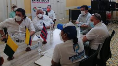 El ministro de Salud Fernando Ruiz, y la alcaldesa (e) de Puebloviejo, Selania Granados.