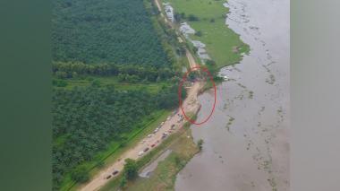 El círculo rojo muestra cómo el agua del río magdalena ha erosionado el terreno, con peligro de inundar la zona.