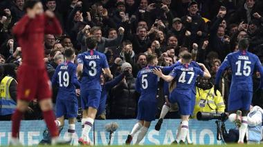 Jugadores del Chelsea festejando un gol junto a sus aficionados.