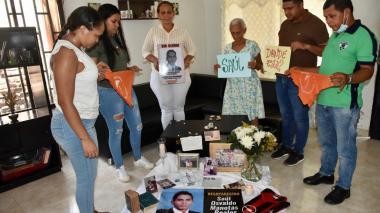Un grupo de personas recuerdan a sus familiares víctimas de desaparición forzada.