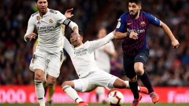 Acción de un duelo entre el Real Madrid y el Barcelona.