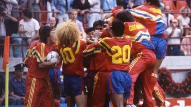 El festejo emocionado de los jugadores de la Selección Colombia tras el gol de Freddy Rincón. Titulares y suplentes se fundieron llenos de júbilo.