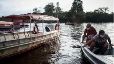 La ayuda médica contra el COVID-19 llega en barco hasta los ribereños del Amazonas