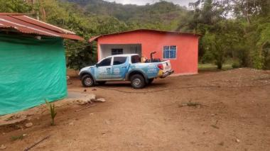 Las autoridades fumigan en la zona rural de Santa Marta.