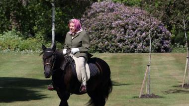 Isabel II monta a caballo en su primera salida desde el confinamiento