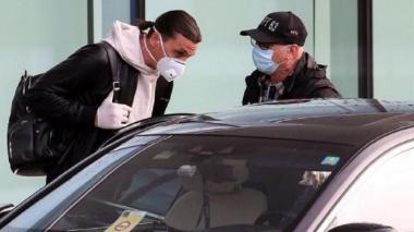 Zlatan Ibrahimovic regresa a Milán pendiente de sus controles médicos