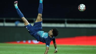Luis Díaz tratando de rematar de chilena durante el partido entre Porto y Famalicao.