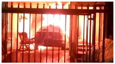 En video | Vehículo se incendia dentro del garaje de un casa en el norte