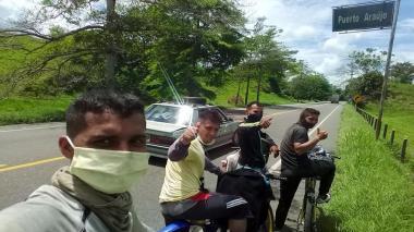 Fabián, William y Edwin Tinoco con su compañero de viaje Jonathan Campo.