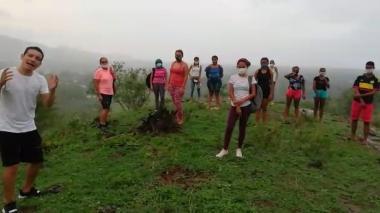 En video | En Bolívar duran una hora subiendo un cerro para asistir a clases virtuales