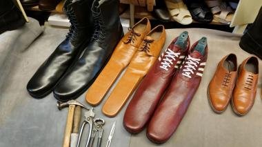 El zapatero fabarica a mano cada par, que mide 75 centímetros, utilizando el mejor cuero natural, herramientas artesanas y gracias a sus más de 39 años de experiencia profesional.
