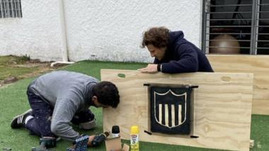 El exjugador y entrenador de Peñarol, Diego Forlán, trabajando como carpintero junto a Juan Castillo.