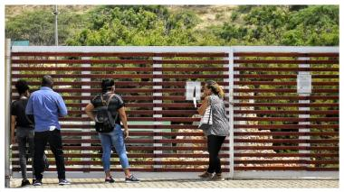 Familiares de Jeison Enrique Útria Romero a la afueras del cementerio Los Olivos.