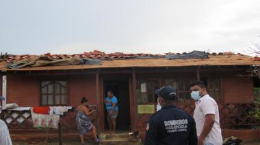Gobernación atiende a afectados por fuertes vientos en zona costera