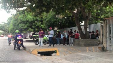 Familiares de Daniel Osorno se aglomeraron en la tarde de este martes a las afueras de Medicina Legal.