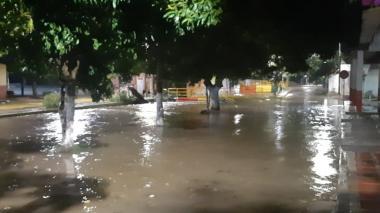 Por lluvias, se desbordó acequia en Aracataca e inundó 6 barrios