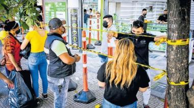 Ciudadanos cumplen las normas de bioseguridad mientras hacen sus compras en un local del Centro.