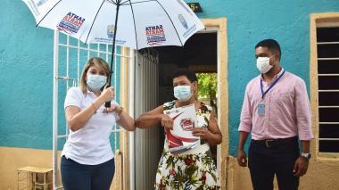 Entregan títulos de propiedad a familias en barrio de Santa Marta