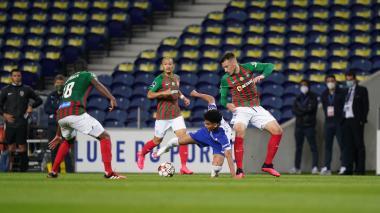 Luis Díaz intenta una acción individual ante la marca de tres jugadores del Marítimo.