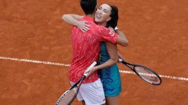 Abrazos, palmadas y escasa distancia en el torneo de Djokovic