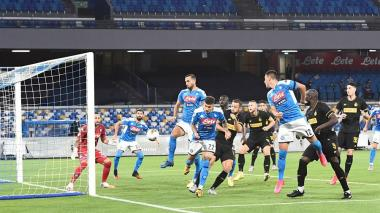 Acción que significó el gol del danés Christian Eriksen. David Ospina se confundió y el balón terminó inflando su red.