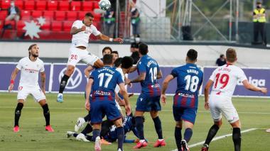 Acción del juego entre Sevilla y Levante este lunes, en territorio valenciano.