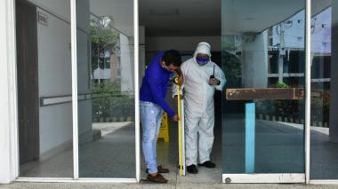 Un trabajador del Cari revisa los daños para el cambio de la puerta.